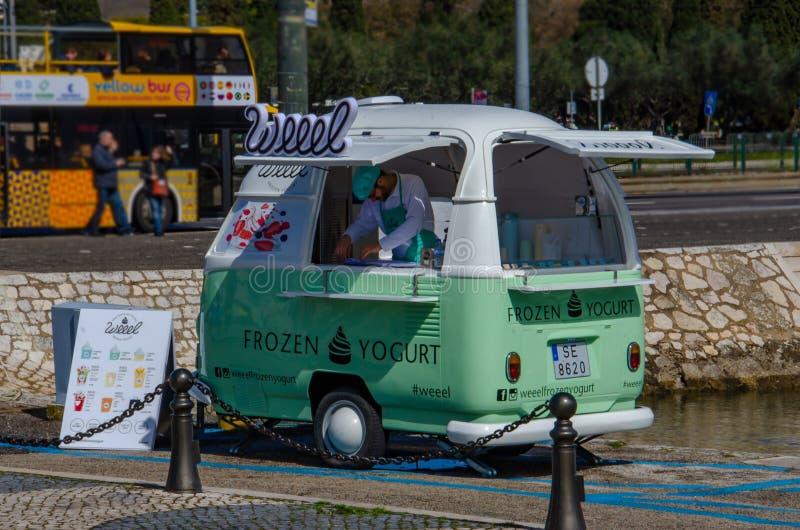 Kolorowy i retro samochód dostawczy słuzyć zamarzniętego jogurt w Lisbon, Portugalia obraz stock
