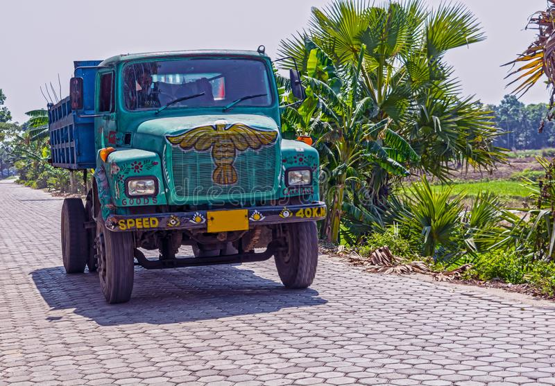 Kolorowy Indiański dumper ciężarówki przewożenia i bieg piasek dla robot budowlany obraz stock