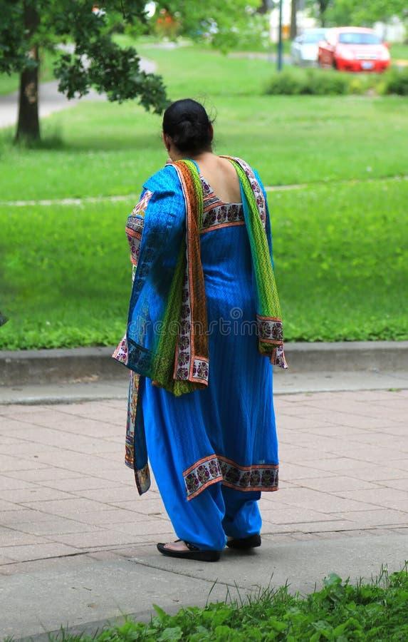 Kolorowy jedwabniczy sari będący ubranym India kobietą obrazy stock