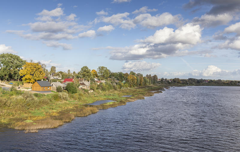 Kolorowy jesień brzeg rzeki w Jekabpils, Latvia zdjęcie royalty free