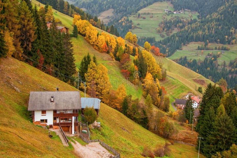 Kolorowy jesień krajobraz w górskiej wiosce fotografia royalty free