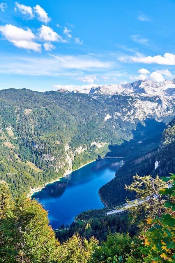 Kolorowy jesień krajobraz z górami, jeziorem i drzewami w Austriackich Alps, Salzkammergut, Gosausee obraz stock