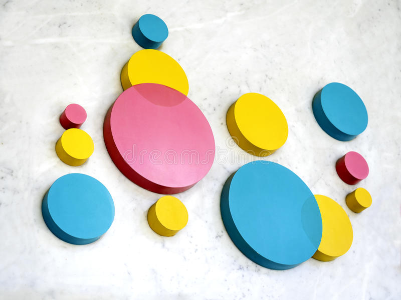 Kolorowy kółkowy guzik na marmurowej podłoga fotografia stock
