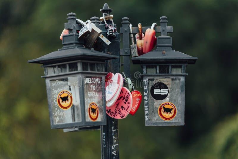 Kolorowy keychain holded na poczta lampie dzwoni ` miłości kędziorka Penang wzgórza ` od Penang wzgórza przy George Town Penang m zdjęcia royalty free
