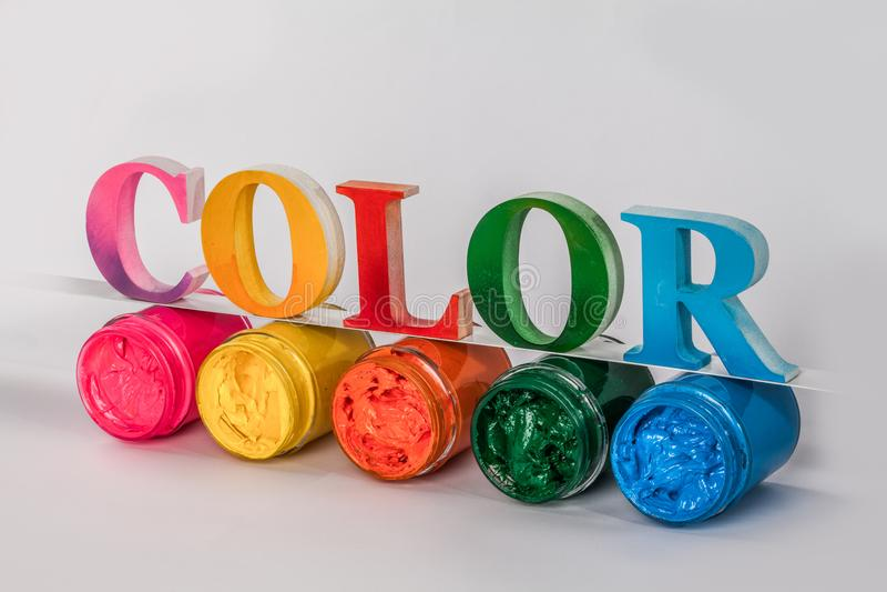 kolorowy kolor stawiać dalej słowo drukowego atramentu parawanowe szklane butelki obrazy stock