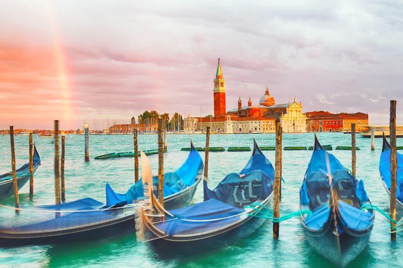 Kolorowy krajobraz z niebem, tęczą i gondolami zmierzchu, parkował blisko piazza San Marco w Wenecja Kościół San Giorgio Maggiore obraz royalty free