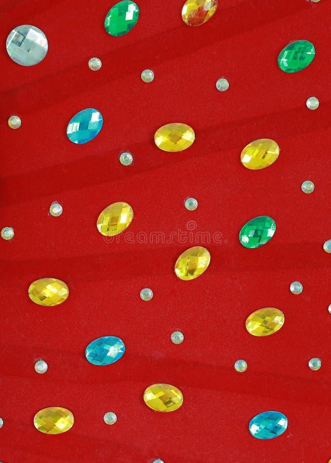 Kolorowy kryształ na czerwonym tkaniny tle obrazy stock