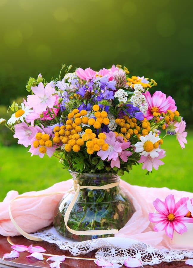 Kolorowy kwiatu bukiet w wazie obraz stock
