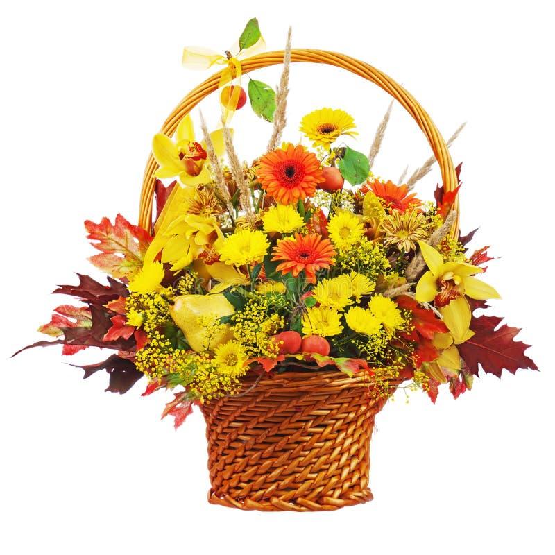 Kolorowy kwiatu bukieta przygotowania centerpiece w łozinowym koszu obraz royalty free