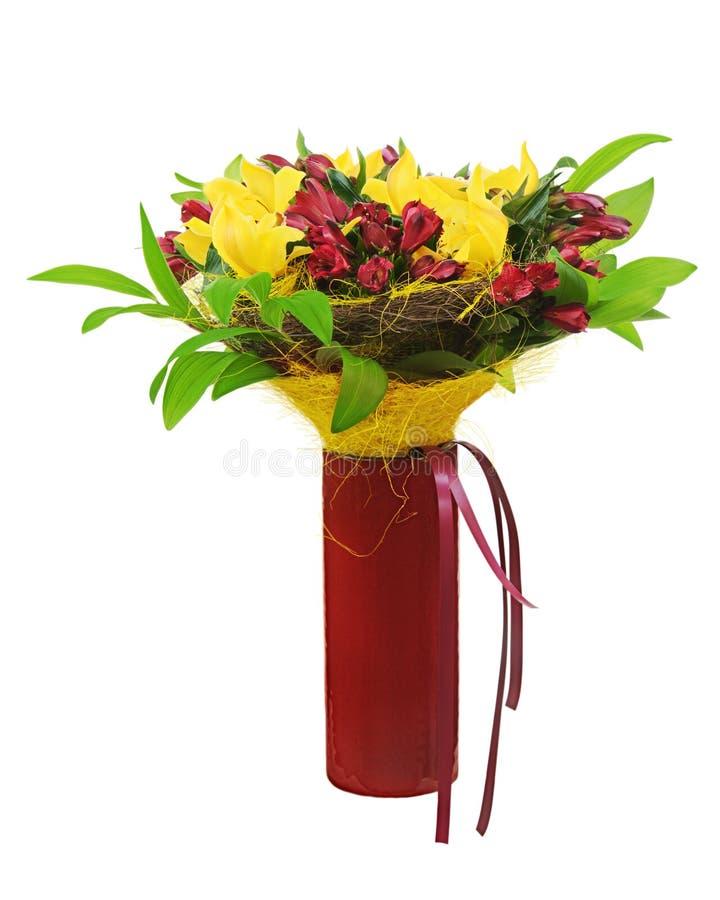 Kolorowy kwiatu bukieta przygotowania centerpiece w czerwonej wazie. zdjęcia royalty free