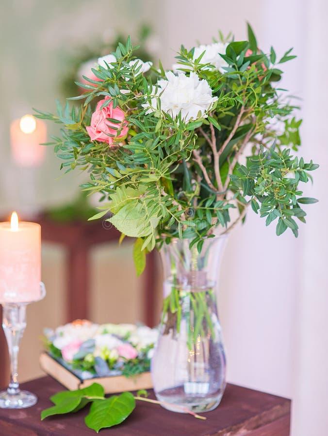 Kolorowy kwiatu bukieta przygotowania centerpiece w wazie fotografia royalty free