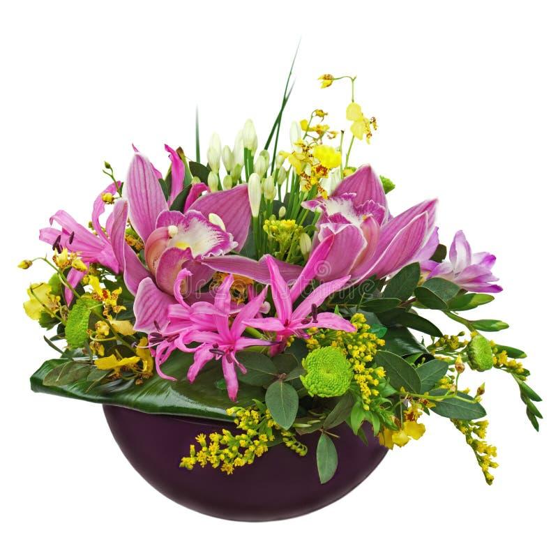 Kolorowy kwiatu bukieta przygotowania centerpiece w wazie odizolowywającej zdjęcia royalty free