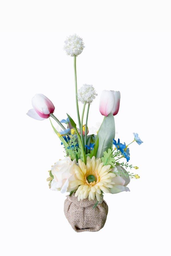 Kolorowy kwiatu bukieta przygotowania centerpiece w wazie odizolowywającej zdjęcia stock