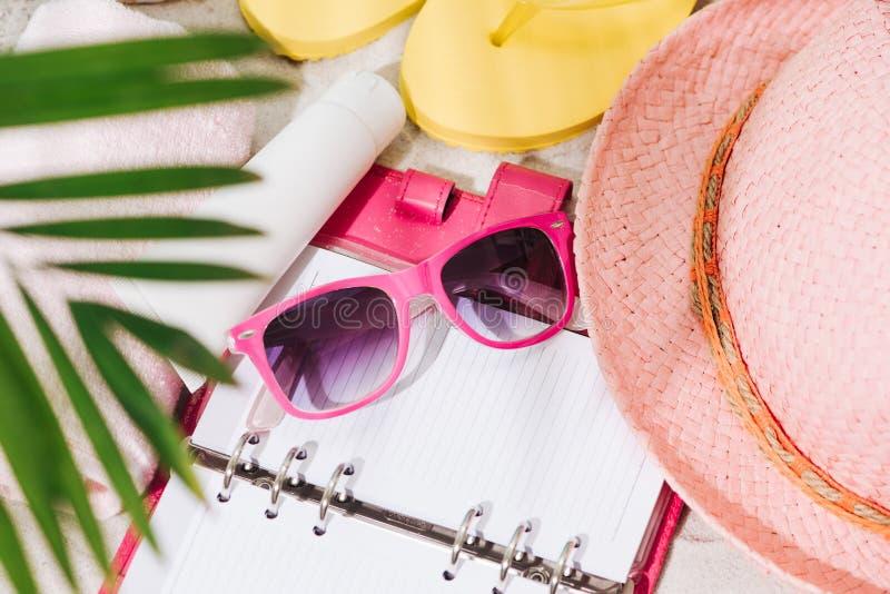 Kolorowy lata beachwear, trzepnięcie klapy, ręcznik, kapelusz, okulary przeciwsłoneczni obrazy stock