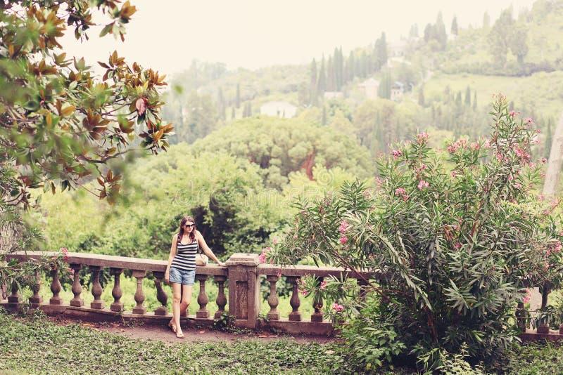 Kolorowy lata drzewo z kobiety pozycją i kontemplować naturą Młoda dziewczyna chodzi samotnie w lesie w okulary przeciwsłoneczni obrazy royalty free