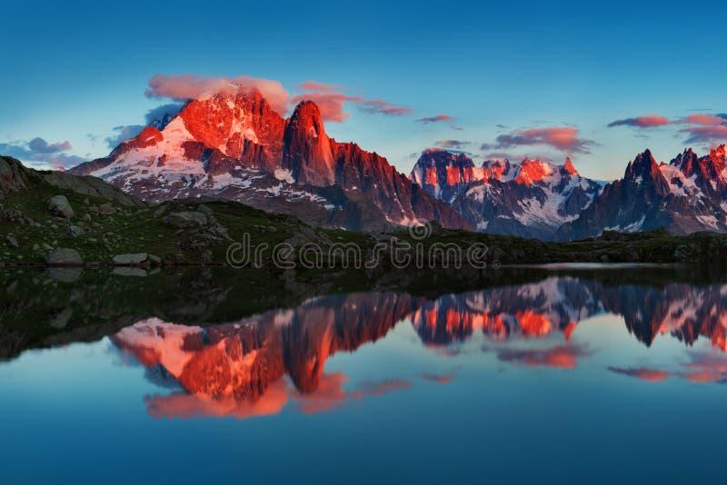 Kolorowy lato widok Mont Blanc Monte Bianco na tle, Chamonix lokacja Piękna plenerowa scena w lat Alps obraz stock
