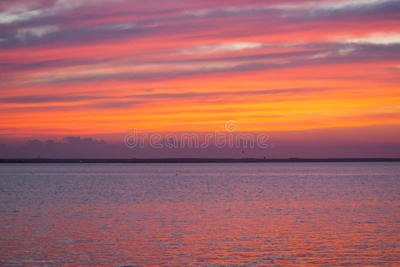 Kolorowy lato zmierzch przy plażą fotografia stock