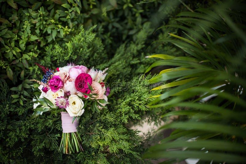Download Kolorowy ślubny Bukiet Na Zielonej Trawie Obraz Stock - Obraz złożonej z świętowanie, jaskrawy: 106914607