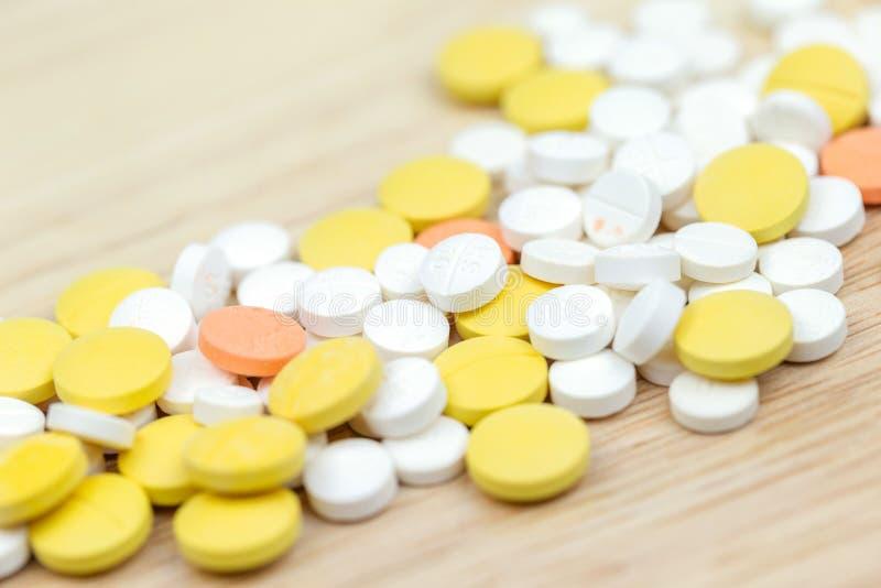 Kolorowy medycyn pigułek leków lub pastylek zbliżenie obraz royalty free