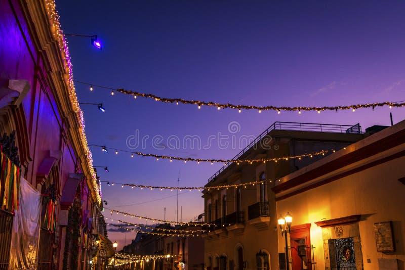 Kolorowy Meksykański Czerwony kolor żółty Iluminujący Uliczny wieczór Oaxaca Juarez Meksyk zdjęcie royalty free