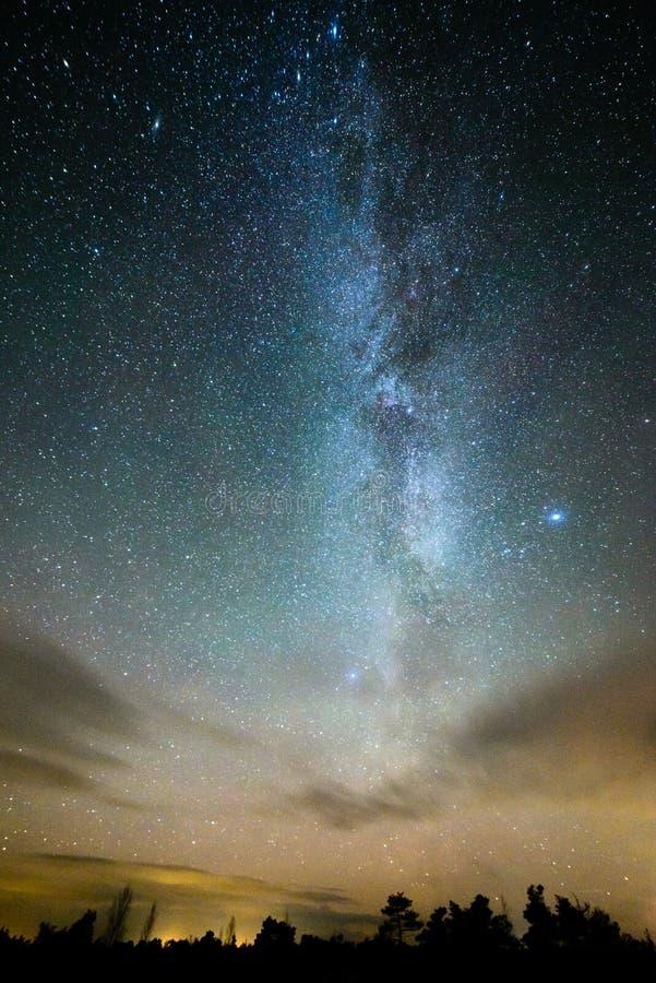 kolorowy milky sposobu galaxy widzieć w nocnym niebie nad drzewami obrazy royalty free