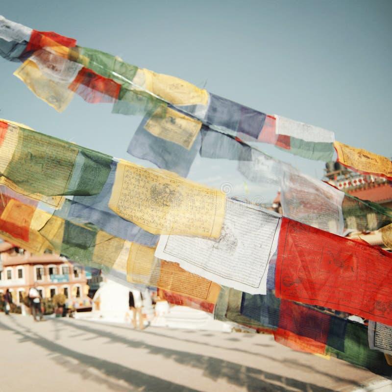 Kolorowy modlenie zaznacza newr Boudhanath stupę - rocznika filtr obraz stock