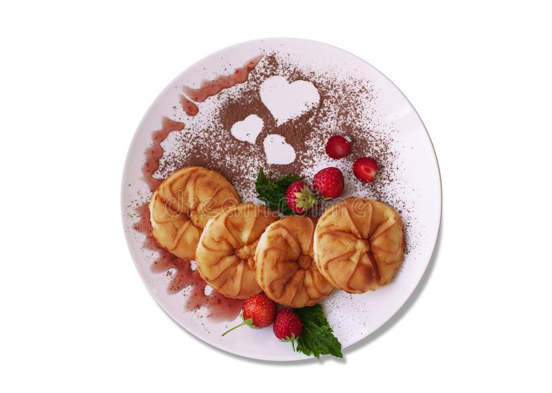 Kolorowy naczynie dla śniadania z blinami, jagodami i kakaowym proszkiem z sercem, fotografia stock