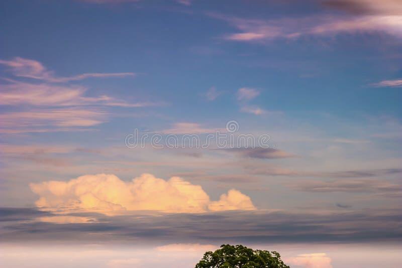 Kolorowy Obłoczny niebo fotografia stock
