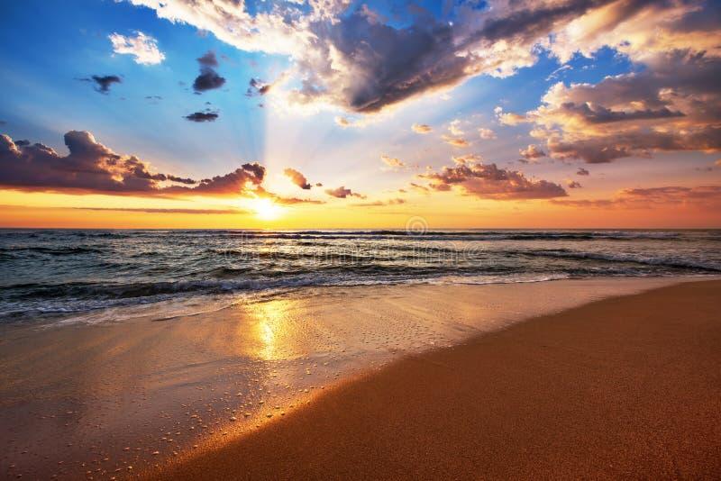Kolorowy ocean plaży wschód słońca obrazy stock