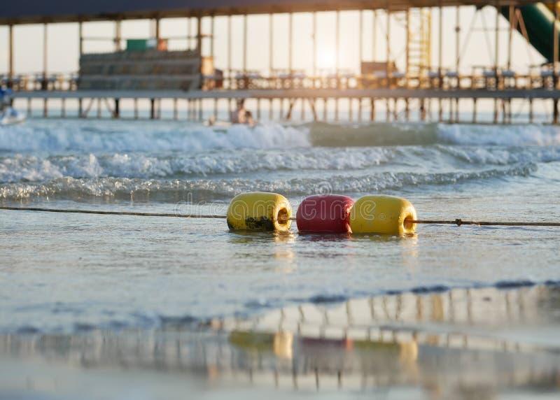 Kolorowy ogradzać pociesza na morzu fotografia royalty free