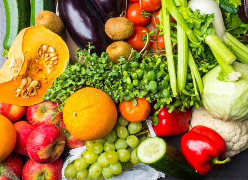 Kolorowy owoc i warzywo tło, asortyment świeży witaminy bogactwa jedzenie zdjęcia royalty free