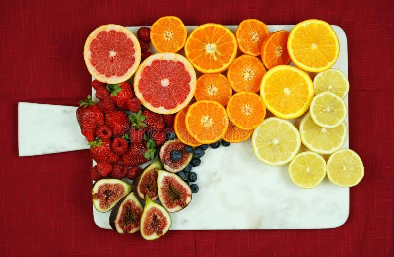 Kolorowy owocowy półmiska zgromadzenie na bielu marmuru desce z kopii przestrzenią zdjęcia royalty free