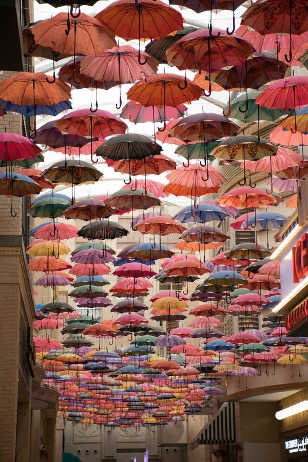 Kolorowy parasolowy niebo w Dubaj centrum handlowym, UAE obraz royalty free