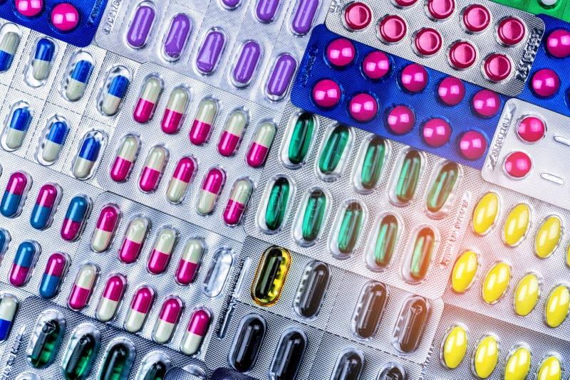 Kolorowy pastylek i kapsuł pigułka w bąbla pakować układał z pięknym wzorem z racy światłem pharmaceutical obraz stock