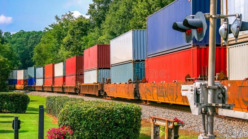 Kolorowy pociąg towarowy zdjęcie stock