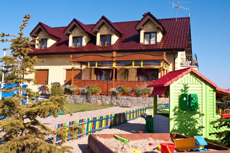 kolorowy podwórze dom zdjęcia stock