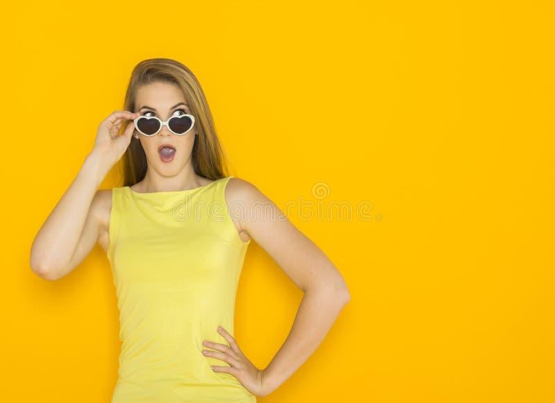 Kolorowy portret młoda atrakcyjna kobieta jest ubranym okulary przeciwsłonecznych Lata piękna pojęcie fotografia royalty free