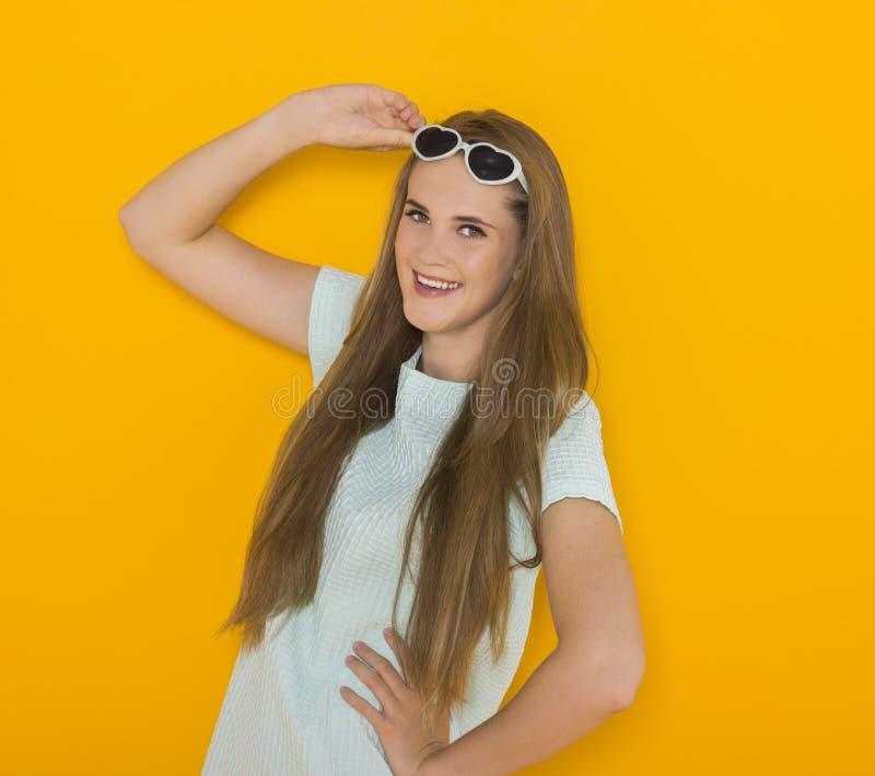 Kolorowy portret młoda atrakcyjna kobieta jest ubranym okulary przeciwsłonecznych Lata piękna pojęcie obraz royalty free
