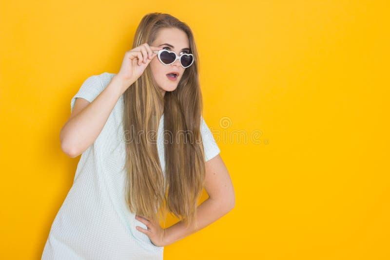 Kolorowy portret młoda atrakcyjna kobieta jest ubranym okulary przeciwsłonecznych Lata piękna pojęcie fotografia stock