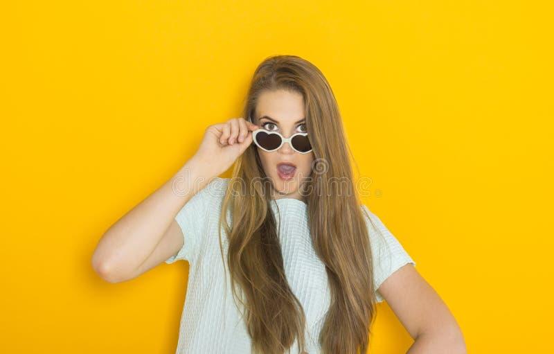 Kolorowy portret młoda atrakcyjna kobieta jest ubranym okulary przeciwsłonecznych Lata piękna pojęcie obrazy royalty free