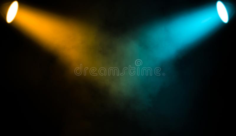 Kolorowy projektor Światło reflektorów scena z dymem na czarnym tle royalty ilustracja