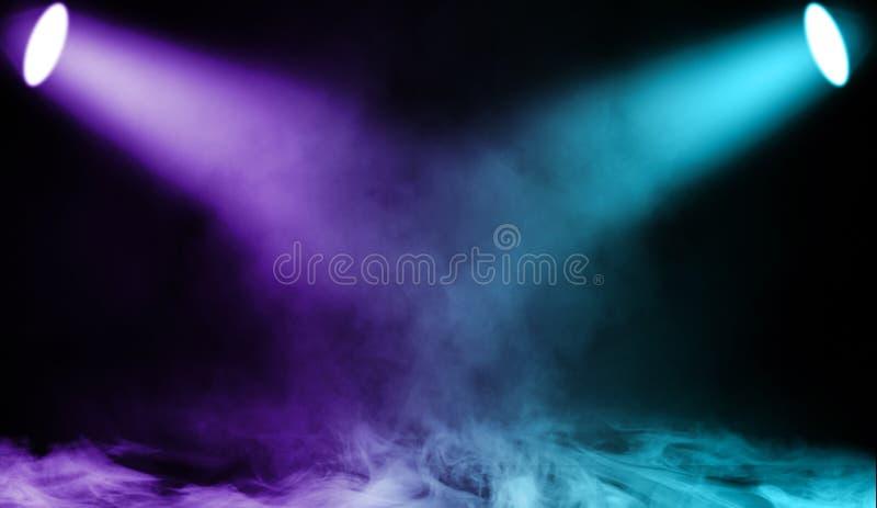 Kolorowy projektor Światło reflektorów scena z dymem na podłodze Odosobniona tło tekstura royalty ilustracja