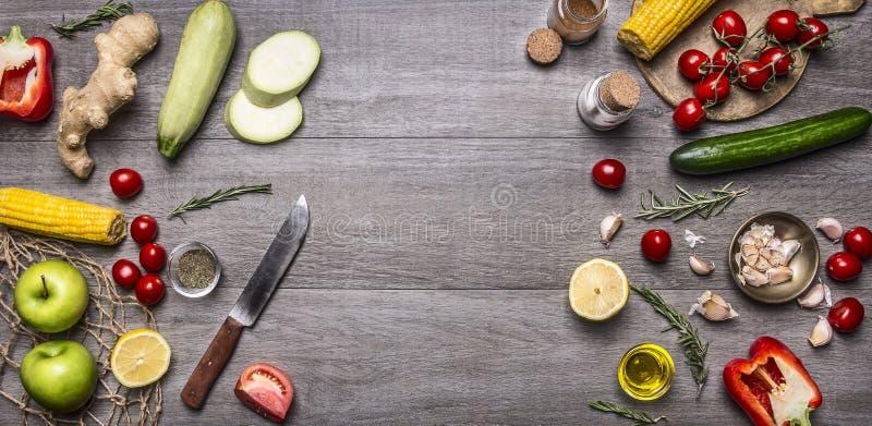 Kolorowy różnorodny organicznie rolni warzywa na popielatym drewnianym tle, odgórny widok Zdrowi foods, kucharstwo i jarosza poję zdjęcia stock