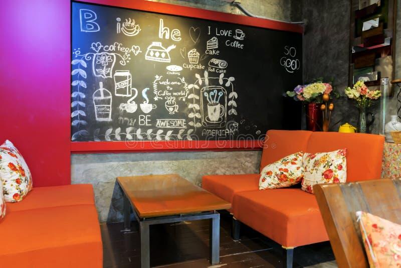 Kolorowy ręcznie pisany menu na chalkboard przeciw ściana z cegieł obraz stock