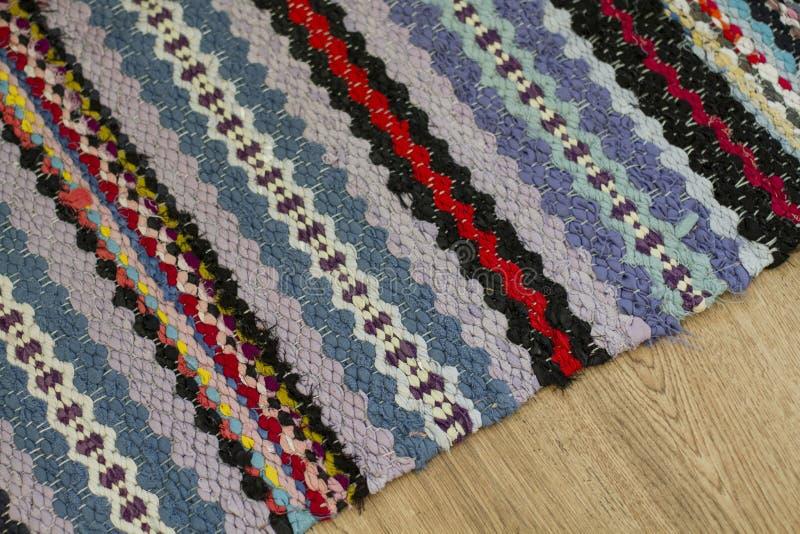 Kolorowy ręcznie robiony pstrobarwny dywanik na podłoga zdjęcia stock