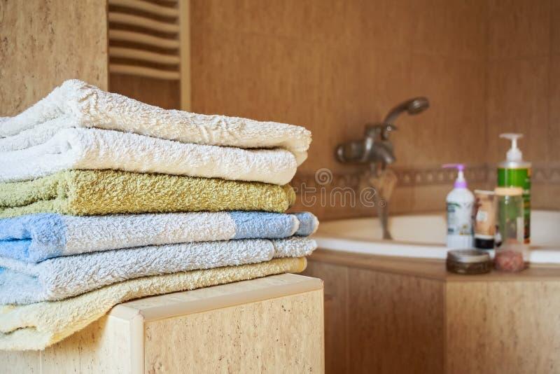 Kolorowy ręcznika kłamstwo w łazience fotografia royalty free