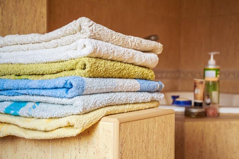 Kolorowy ręcznika kłamstwo w łazience zdjęcie stock