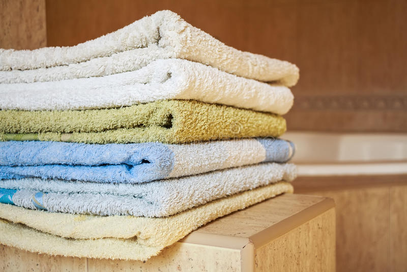 Kolorowy ręcznika kłamstwo w łazience obrazy stock
