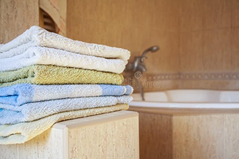 Kolorowy ręcznika kłamstwo w łazience zdjęcia stock