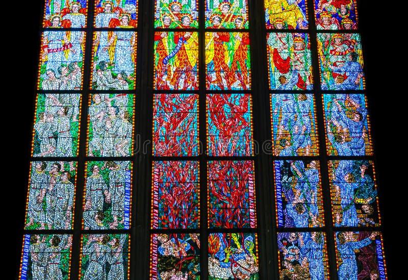 Kolorowy religijny witrażu okno, St Vitus katedra wewnątrz obrazy stock